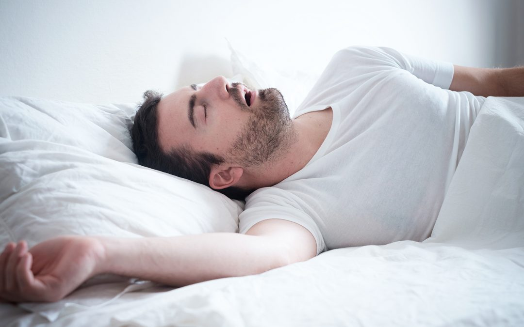Dormir la bouche ouverte est mauvais pour la santé dentaire…